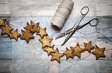 Lebkuchenplätzchen, verziert mit Goldstaub