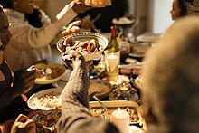 Familie, die beim Weihnachtsessen Essen übergibt