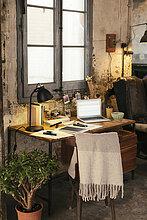 Home Office mit Laptop im Loft