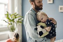 Vater verbringt Zeit mit seinem Sohn zu Hause.