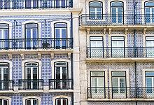 Portugal, Lissabon, Fassaden von zwei Mehrfamilienhäusern, Teilansicht
